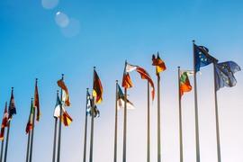 EU-flaggor hissade på rad.