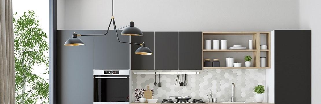 Modern taklampa i nyrenoverat kök.